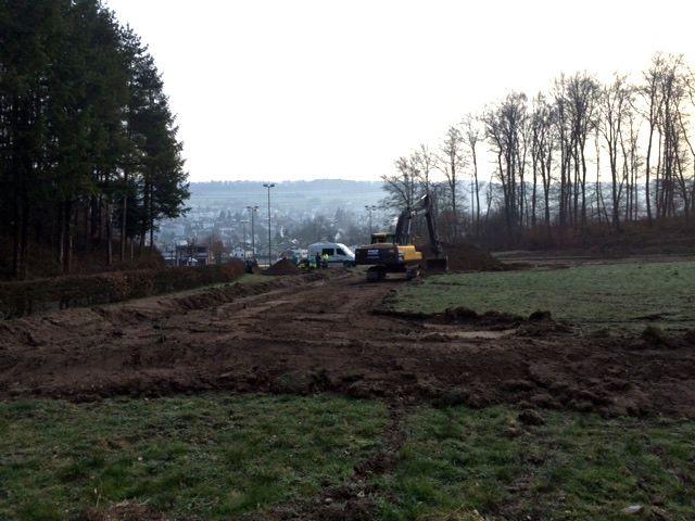 Auf einer Fläche von rund 2'800 m2 müssen 25 cm Deckschicht abgetragen werden.