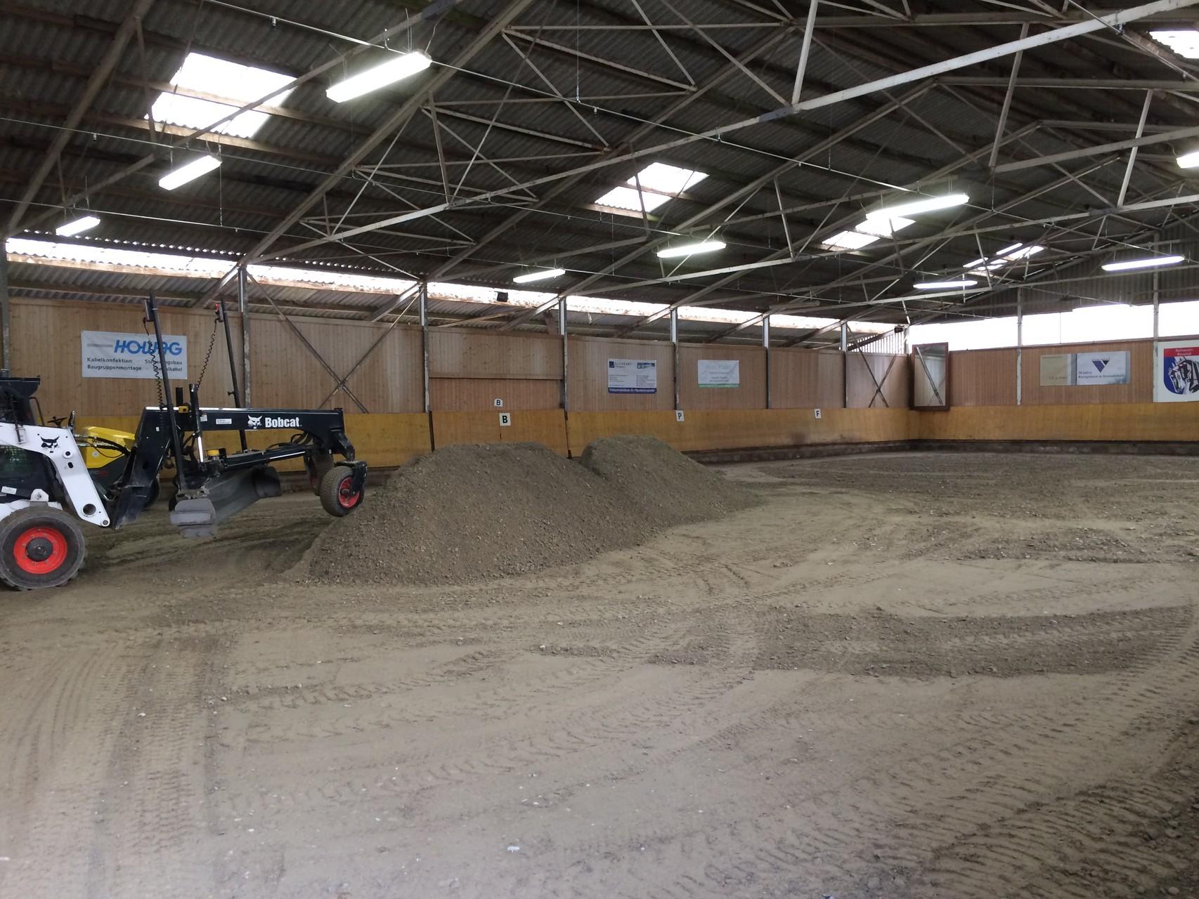 Der Kieseinbau ist fast schon abgeschlossen, der Boden verdichtet und planiert.