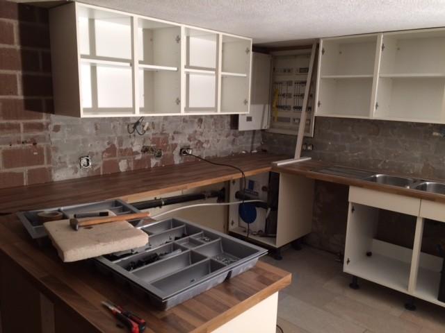 Die neue Küche wird eingebaut