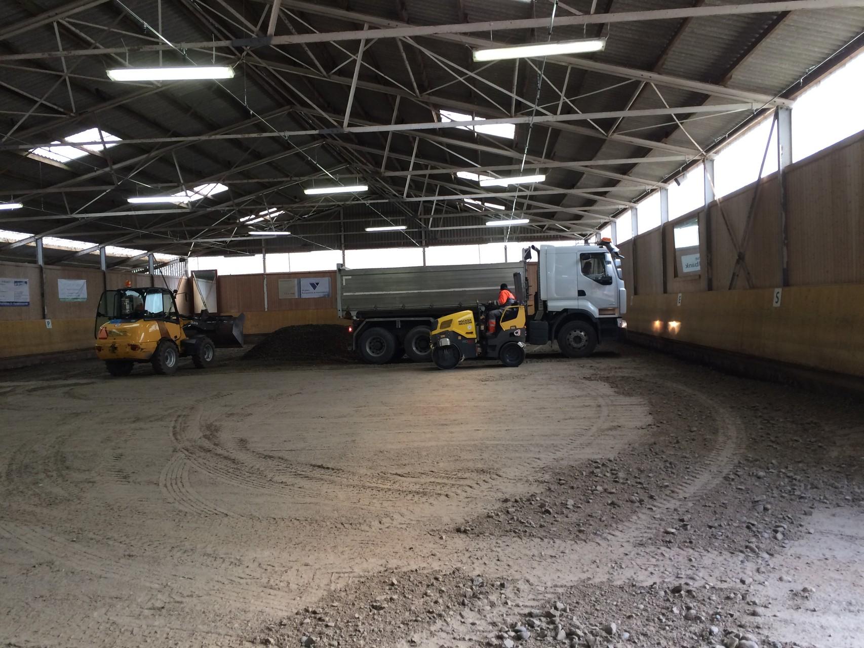 Das Kies wird mit Lastwagen direkt in die Halle geliefert.