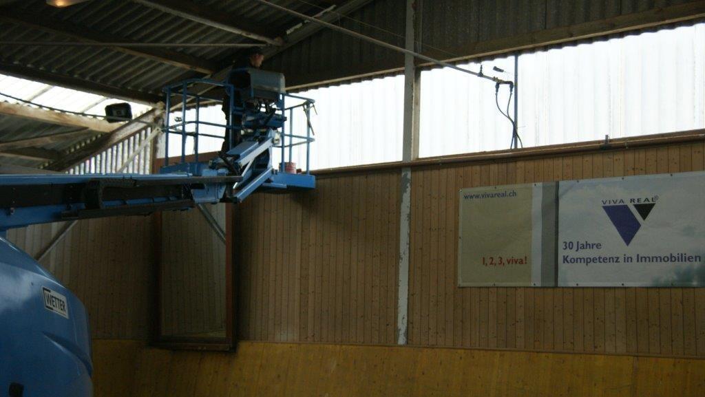 In luftiger Höhe werden Arbeiten an der Stahlkonstruktion vorgenommen.