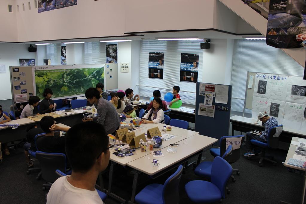 会場内 その2 工作教室の様子。