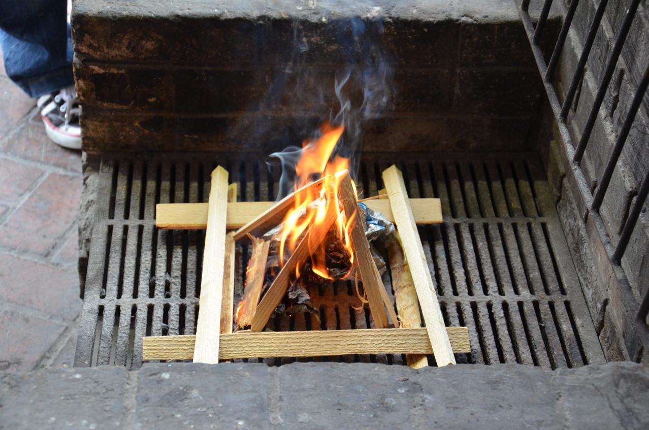自分たちで火おこししてカレーを作ります!