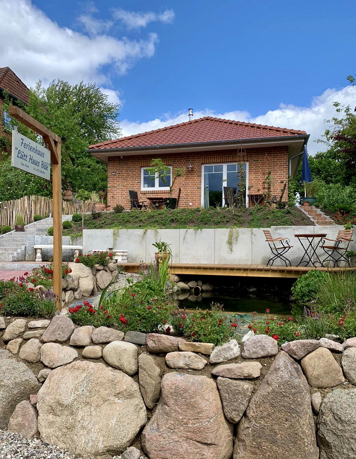 Teich mit Quellwasser ist von der Terrasse einsehbar