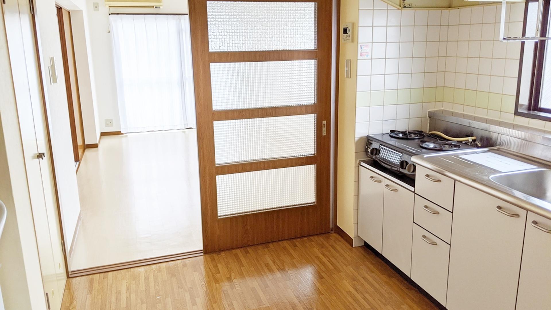 洋室とダイニングキッチン
