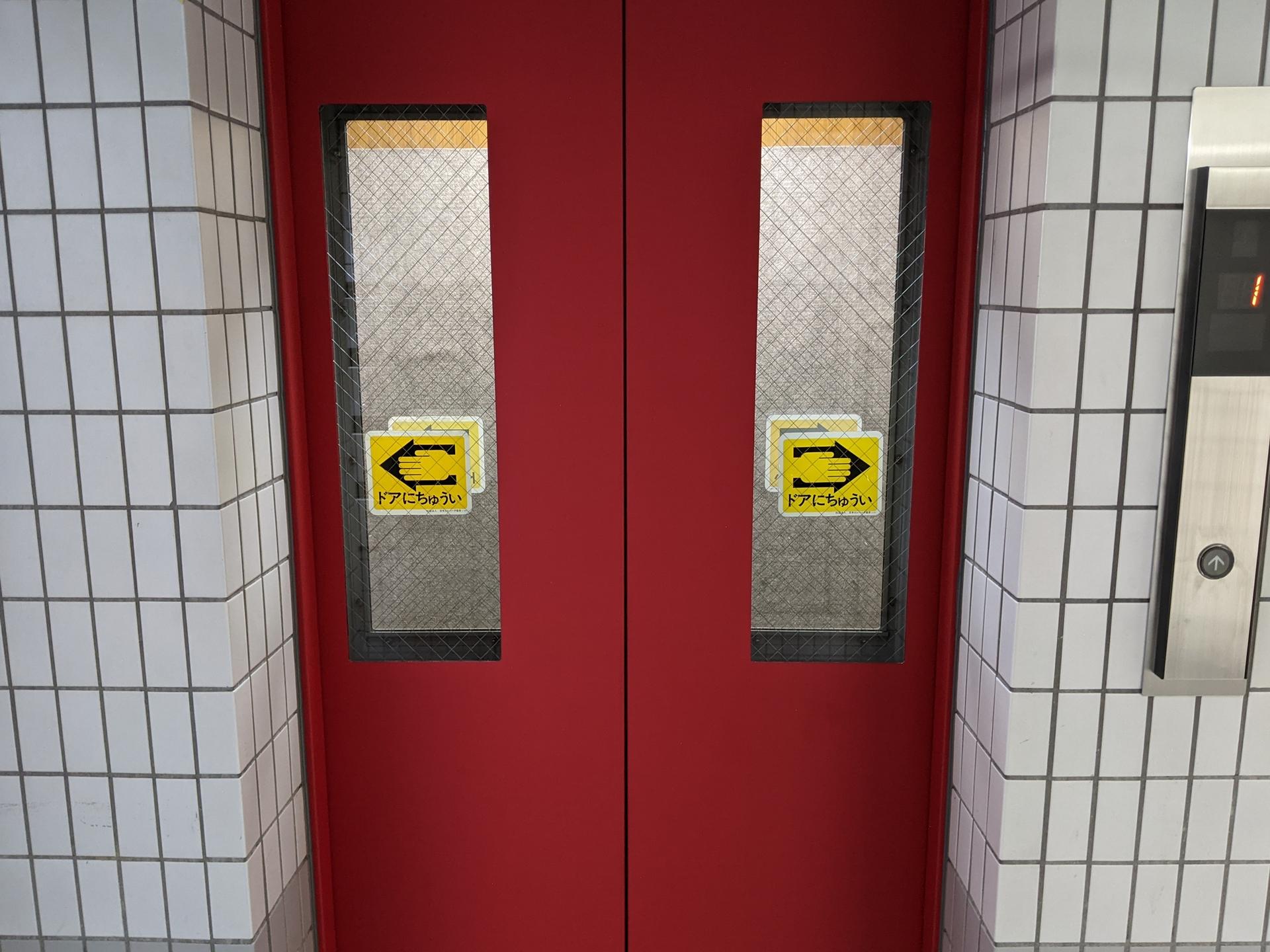 エレベーター正面扉