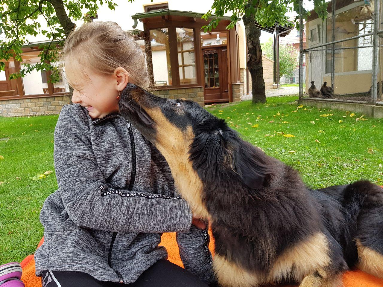 Ella gibt ihrer Freundin ein dickes Kussi