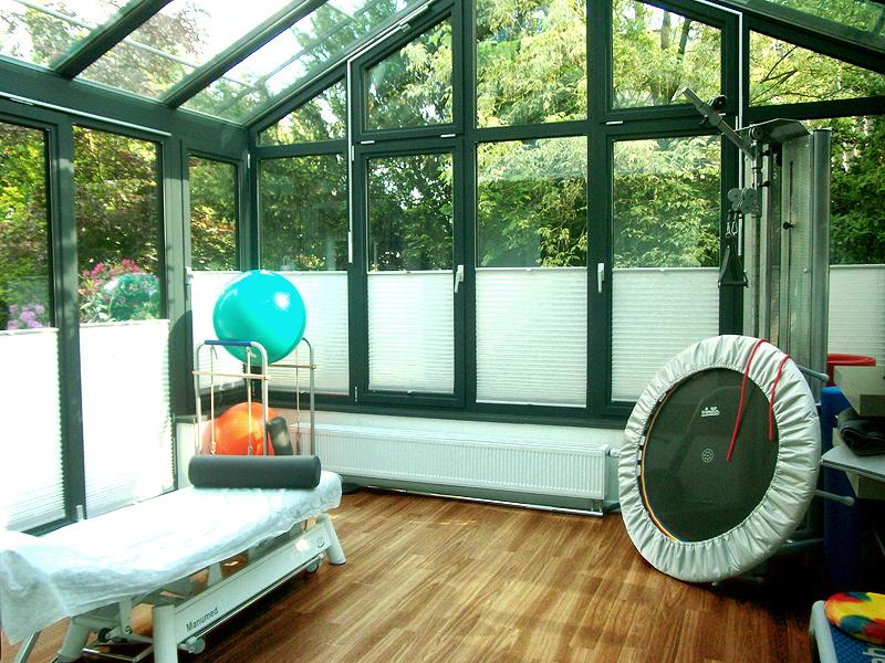 Kinderphysiotherapie in angenehmer Umgebung / Trainingsraum im Wintergarten