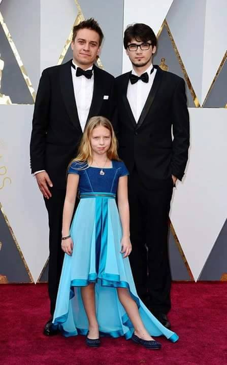 Julia Pointner (vorne) mit einem Kleid von Karin P. Couture am Red Carpet der Oscars 2016 in Hollywood mit Patrick Vollrath und Sebastian Thaler © picture alliance / dpa / Mike Nelson