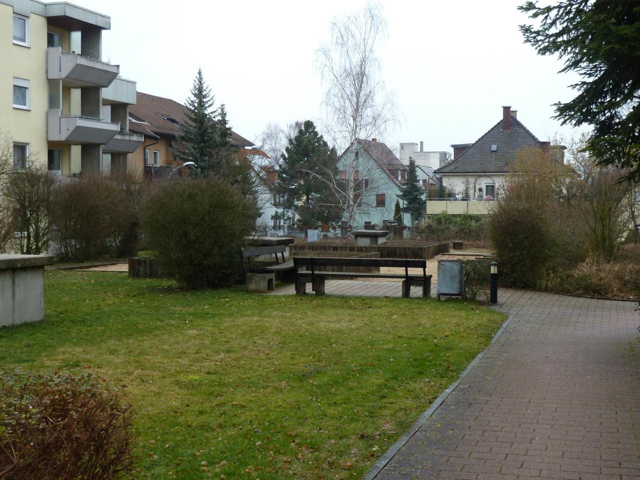 Gemeinschaftswiese und Spielplatz
