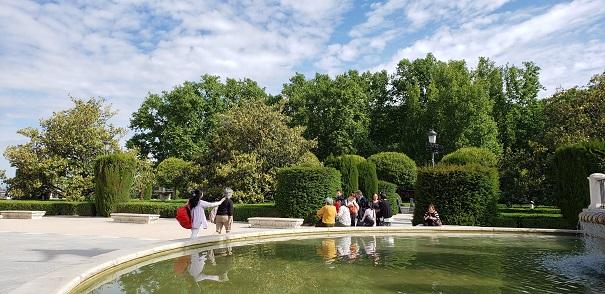 それぞれのホームステイ先から王宮の噴水前に集合