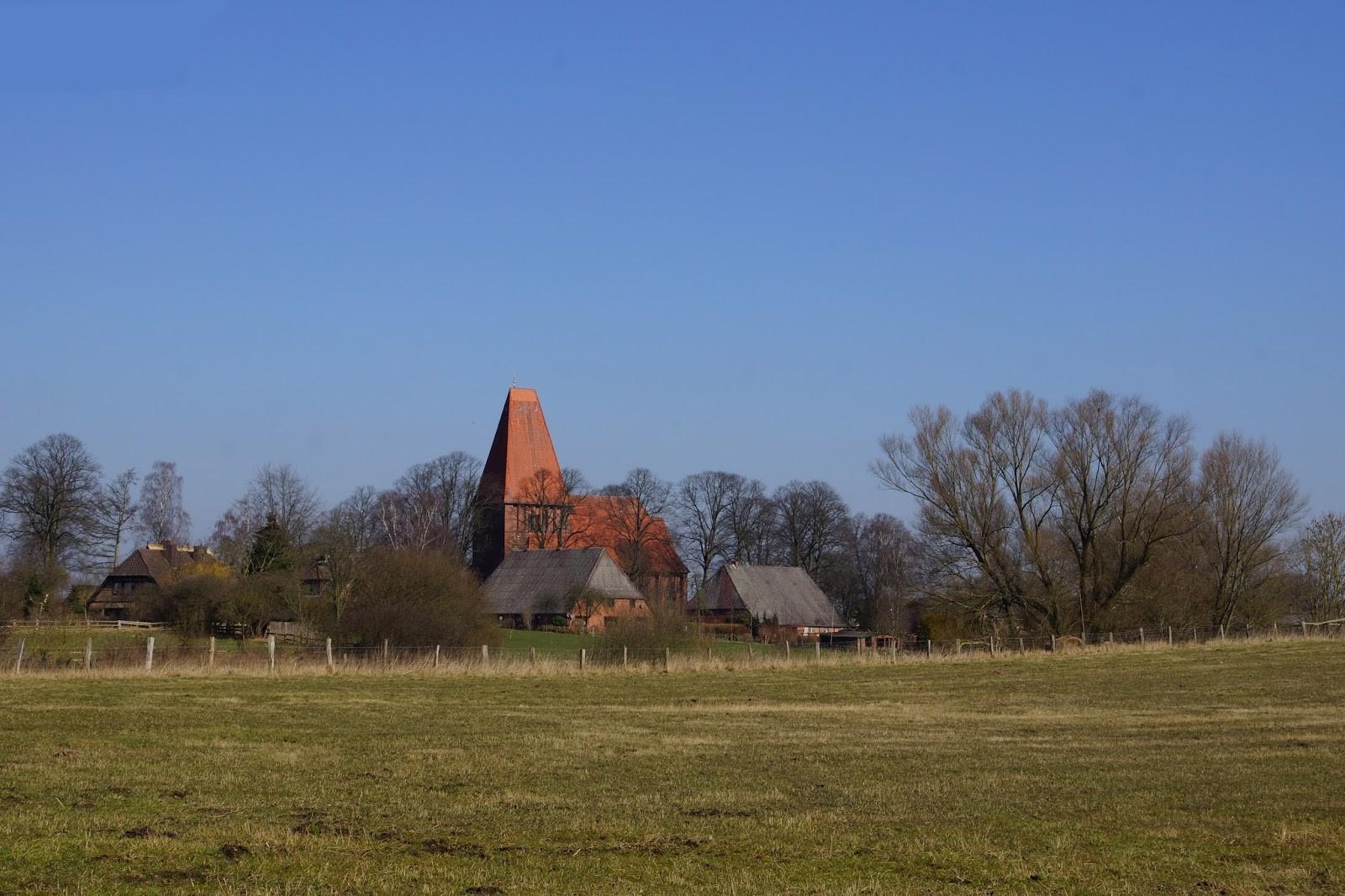 Der beschauliche Ort Nusse mit seiner markanten Kirche liegt am Ritzerauer See.