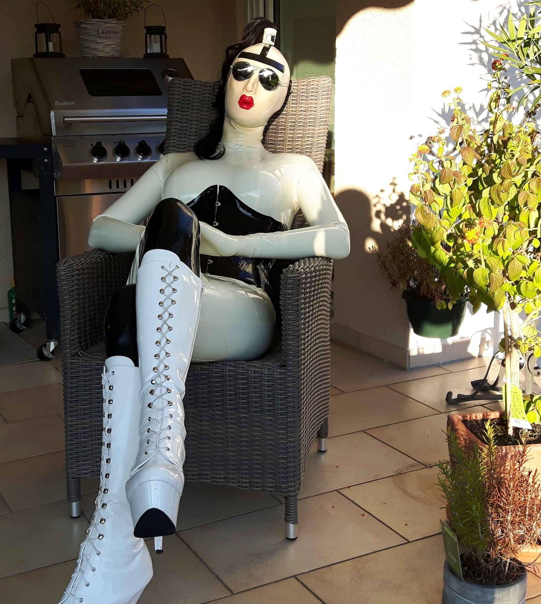 Die fantastische Chrissie Seams www.latex-girlie-chrissie.com