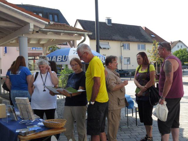 Gespräche am Infostand; Foto: Jutta Pfetzing
