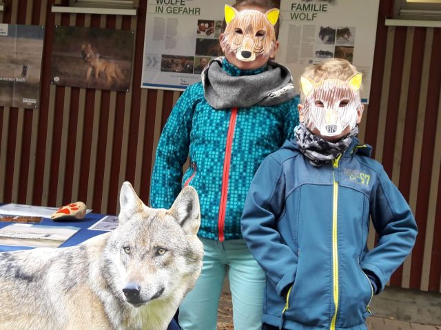 Kinder mit Wolfsmasken (Bild: Clemens Niesner)