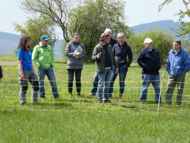 Wolfgang Weber erklärt den Besuchern den Aufbau eines Herdenschutznetztes. Foto: (c) mart-photography - Michael Artelt