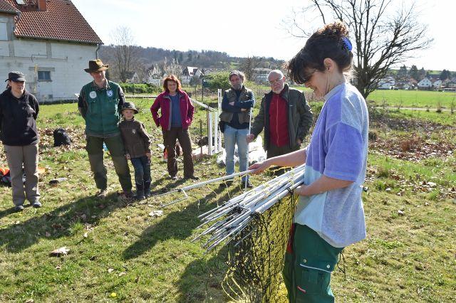 Isa Rössner gibt Tipps zum Aufbau des Zauns. Foto: Brigitte Sommer