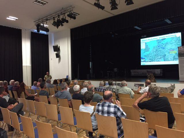 Interessierte Zuhörer beim Vortrag durch Michael Röth. (Bild: Heike Balk)