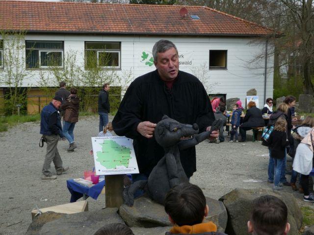 Jörg Dreismann und sein Hütewolf begeistern die Kinder. Foto: (c) mart-photography - Michael Artelt