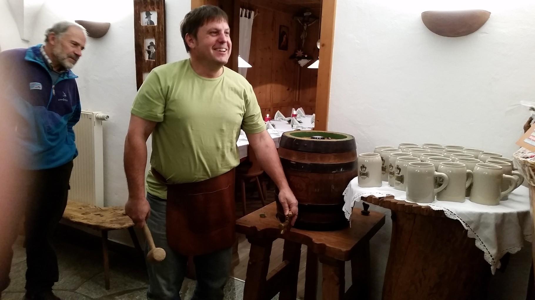 Klaus beim Bier anschlagen zum 30 Jahre Flug Jubiläum Feier