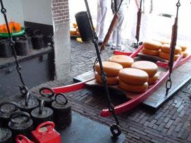 La pesée, puis les porteurs emmènent les commandes vers les camions...