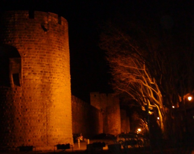Les remparts de nuit.