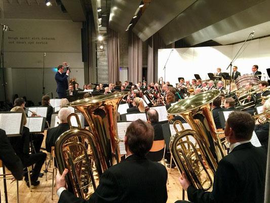 Konzertaufnahmen der Feldmusik Sarnen in der Aula Cher mit Dirigent Sandro Blank.