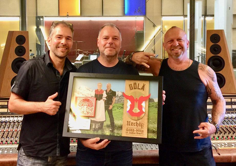 """3-fach Platin Award für 60'000 verkaufte CD's des Albums """"Urchig"""" von Gölä!"""