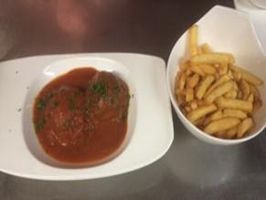 Boulettes, sauce tomate avec frites