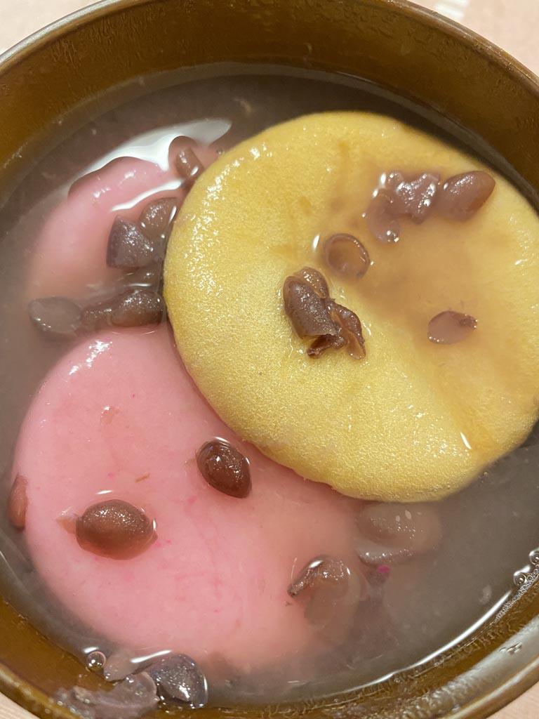 ぜんざいに最中タネを浮かべることで、よりコクが増して美味しくなります。汁を吸ったタネも、とろっとして美味しく頂けます