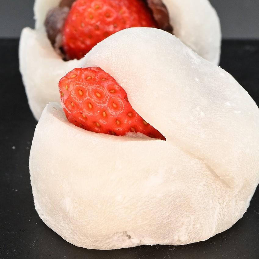 ≪王道いちご大福≫自家製粒あんと地元産のフレッシュ苺を柔らか羽二重餅で包み込みました。