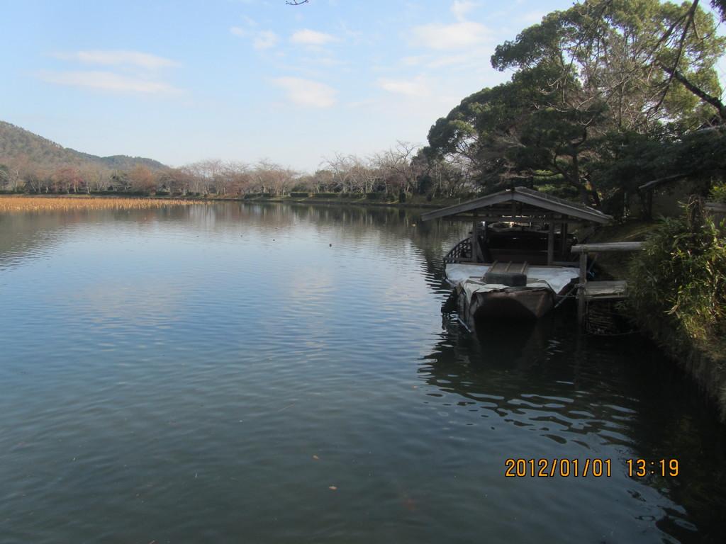 8.大沢の池   大覚寺の東側にある、日本三大名月観賞池として知られる大きな池です。   現在でも、中秋の名月の時は、船を浮かべてお月見を楽しむ「観月の夕べ」が行われます。