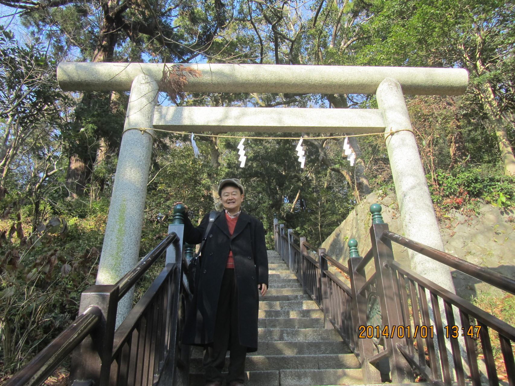 鎌倉、白旗神社。この階段を上ると源 頼朝(みなもとのよりとも)の墓があります。