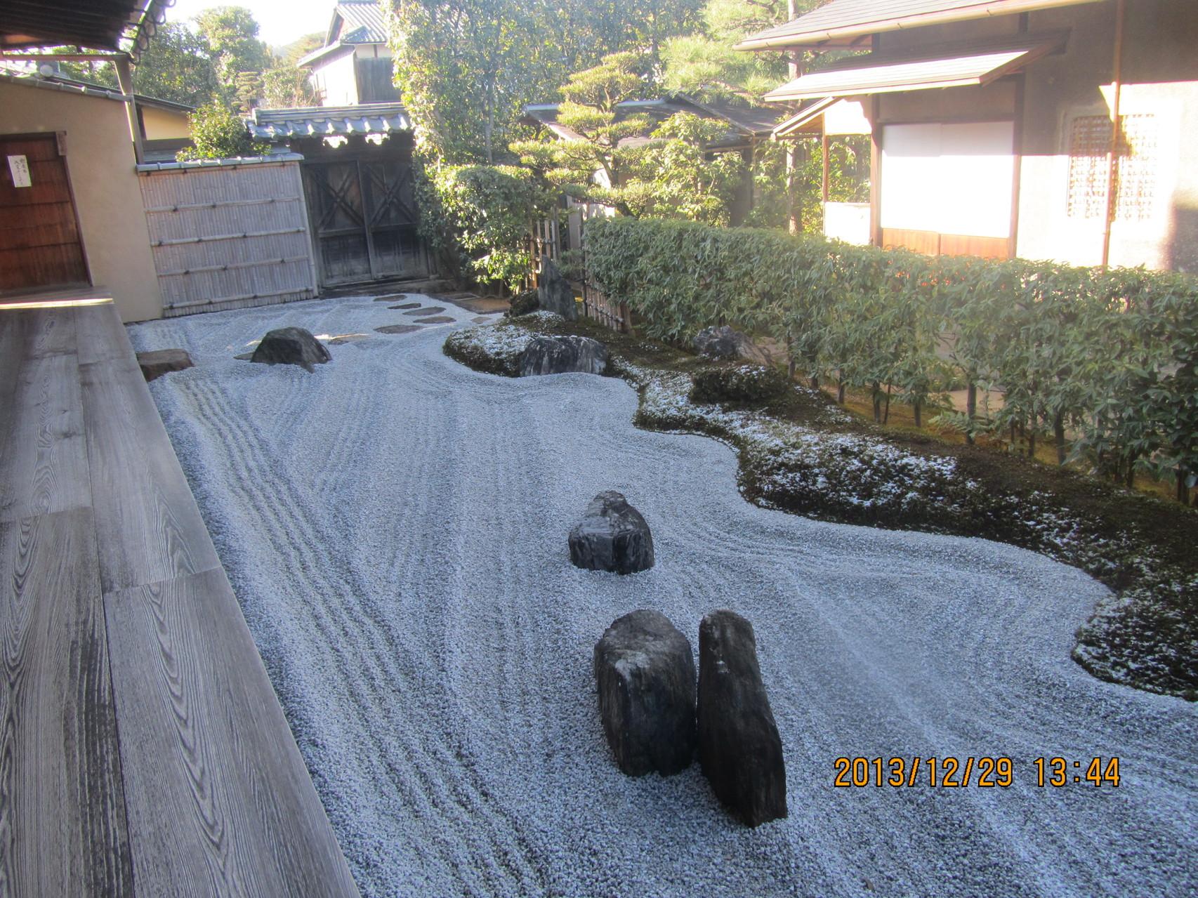 大徳寺、瑞峯院(ずいほういん)の閑眠庭(方丈裏)。縦4個、横3個の石が十字架に組まれています。