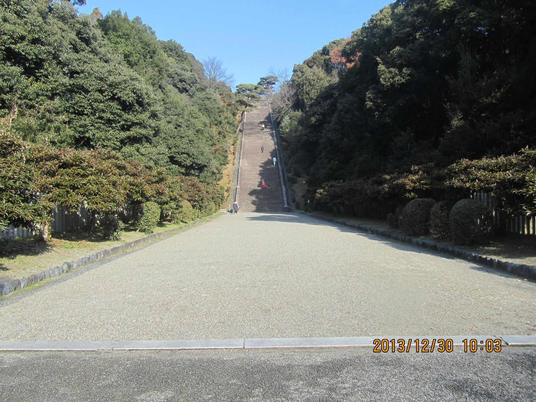 御陵に続く石段。公称230段ですが、私が数えたら234段でした。小学生の時は一気に駆け上がれました。