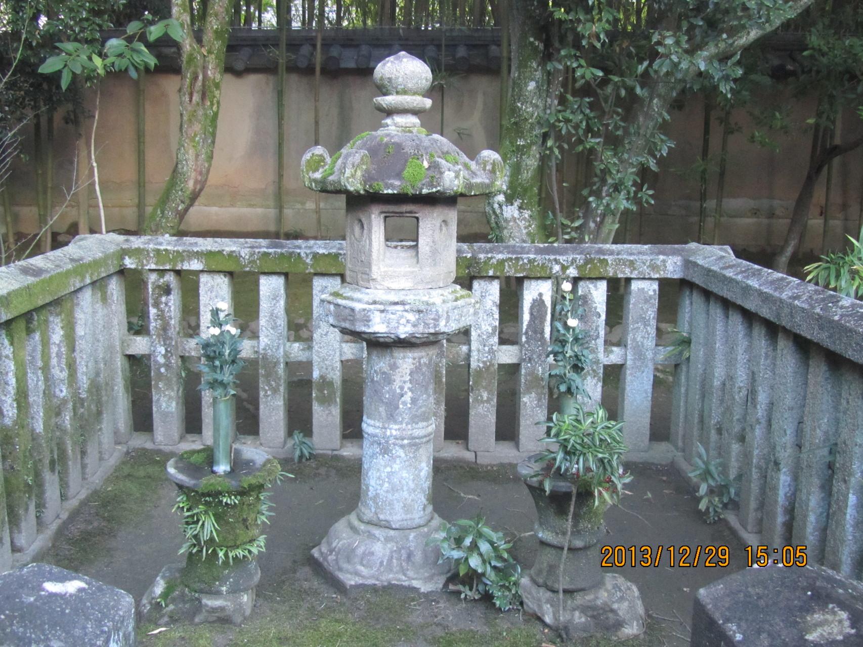 大徳寺、高桐院にある細川ガラシャの墓。ガラシャは織田信長を討った明智光秀の三女です。