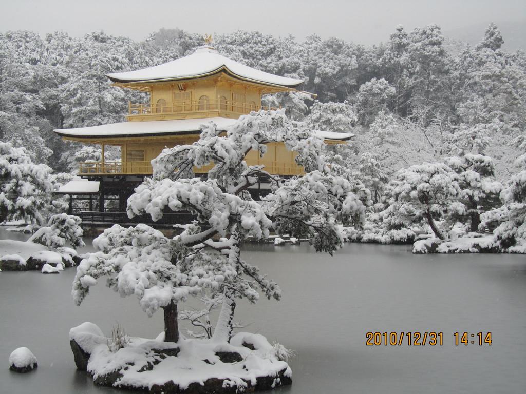 11.金閣寺の雪景色。大雪の大晦日、途中でスリップして動けなくなったタクシーを降り、電車・バスを乗り継いでたどり着いた金閣寺の荘厳な美しさに感動しました