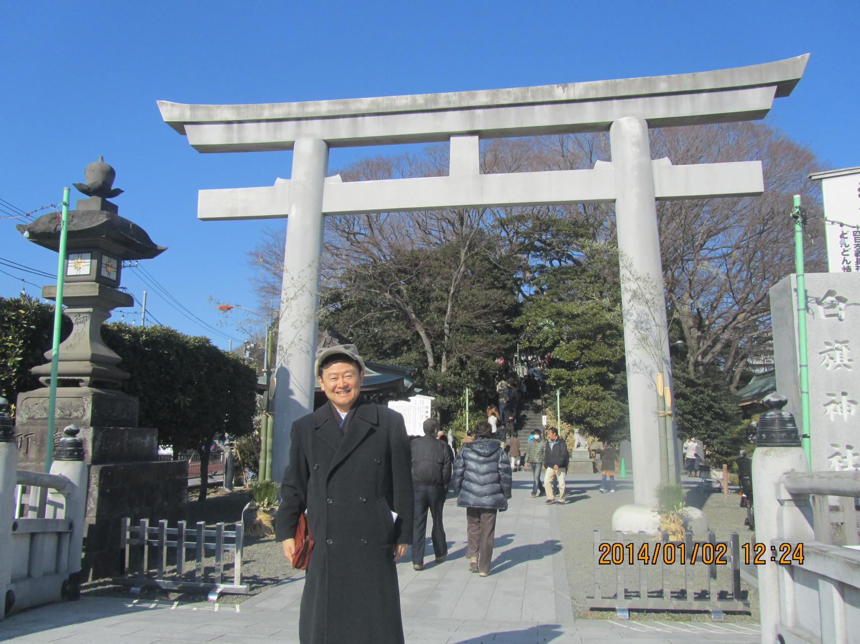 源 義経の兄、源 頼朝が弟、義経を祭神として白旗神社に祀(まつ)るよう指示したと言われています。