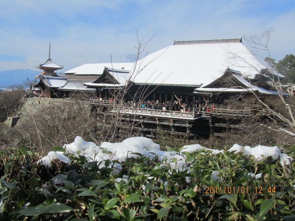 13.元日の清水寺も、屋根に雪が積もり優美。今年は縁起が良い年になりそうです
