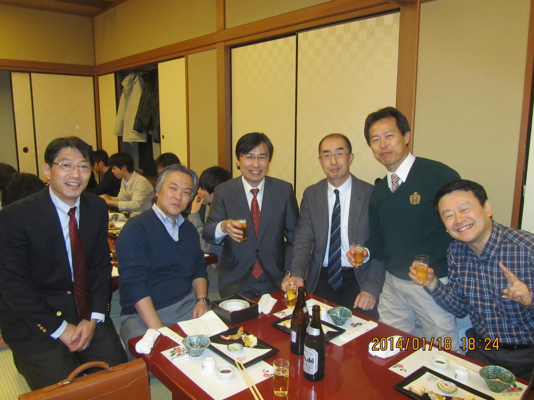 昨年より、田邊 稔教授(中央の背広を着た髪のある人)が着任し、肝・胆・膵領域では日本で3本の指に入る症例数を誇ります。