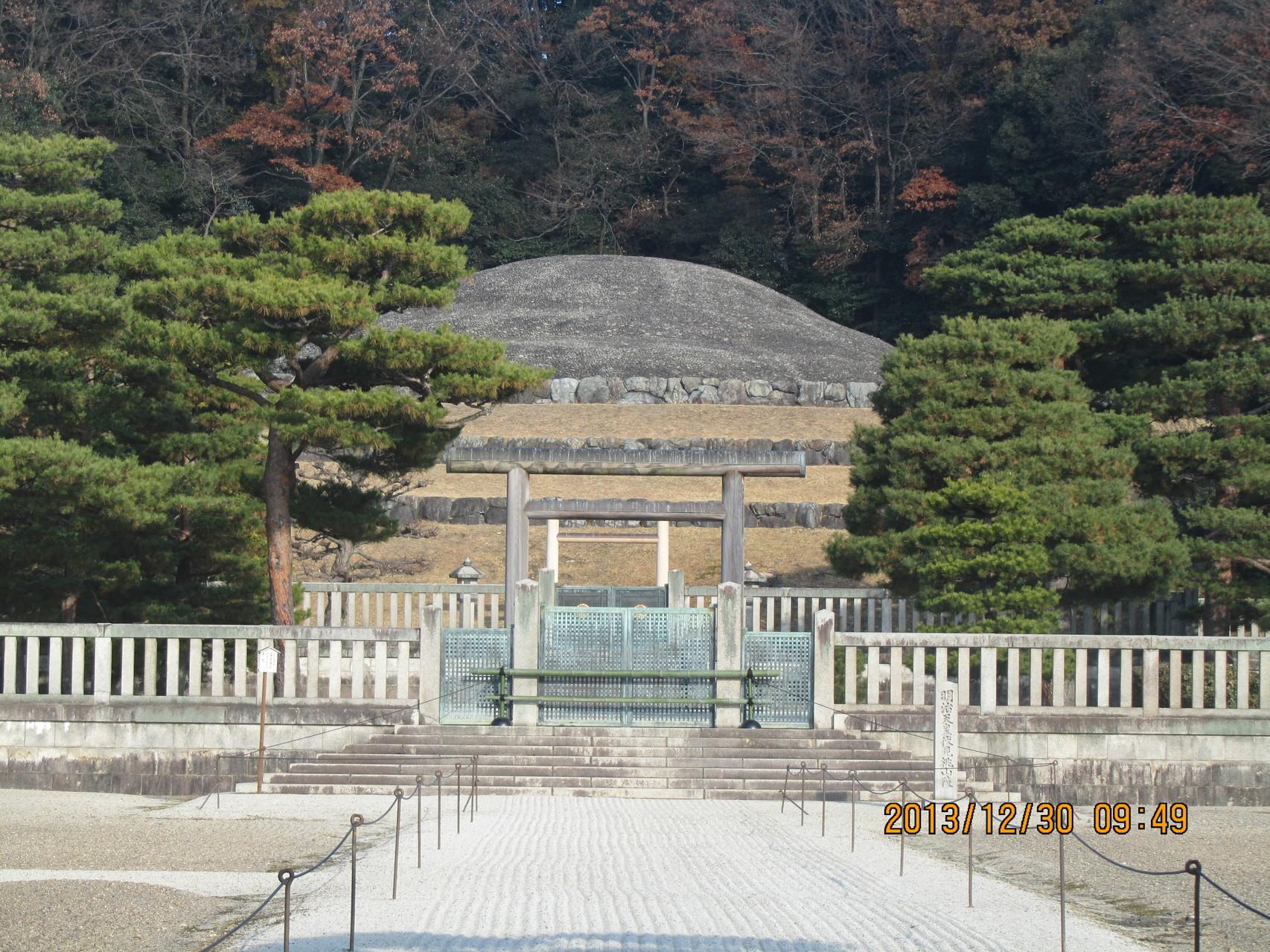 御陵は豊臣秀吉が築いた伏見城の本丸跡に造られました。私が通った桃山小学校もすぐ近くにあります。