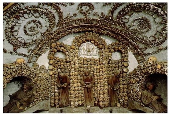 地下室を埋め尽くす約4000体のカプチン派修道僧の骨は、「煩悩を捨てよ」と無言で語ります。