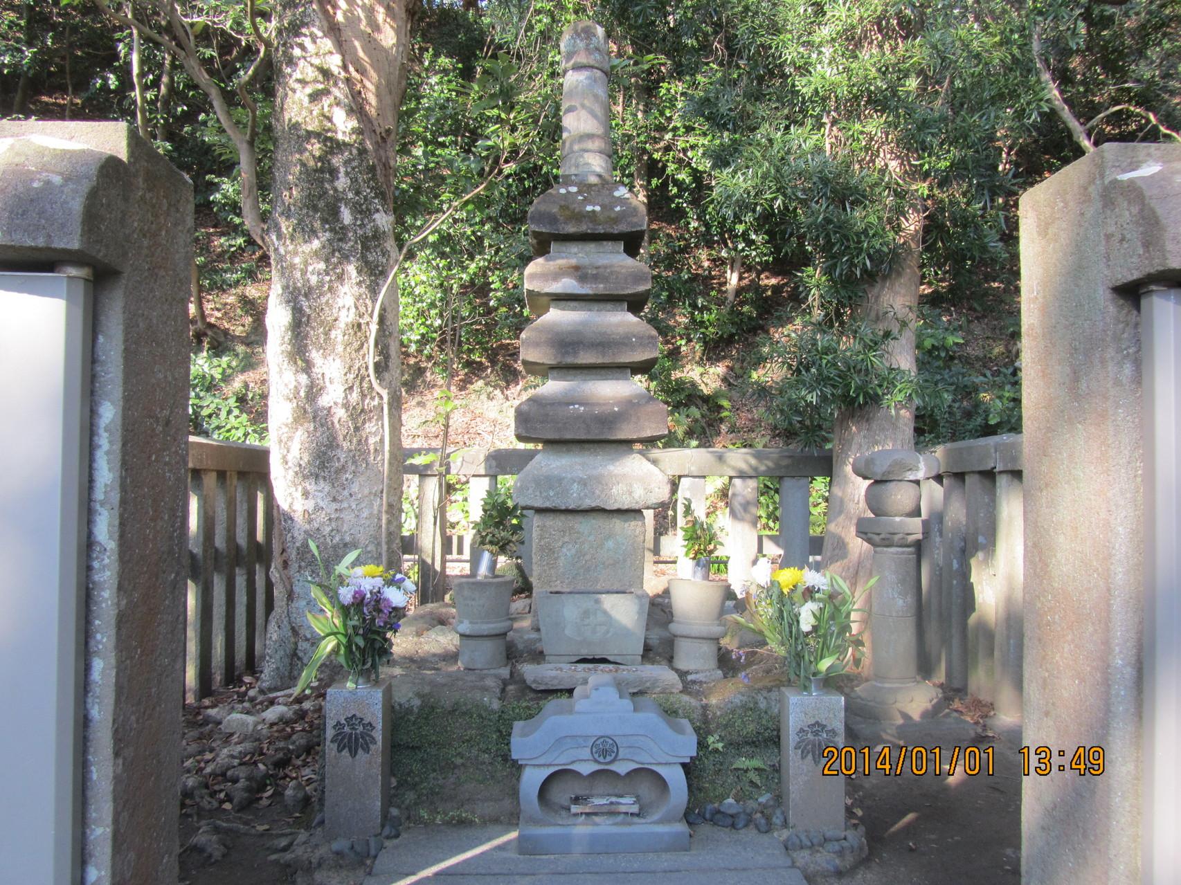 源 頼朝の墓。源 頼朝は鎌倉幕府を開きました。我が片桐家の遠い親戚です。