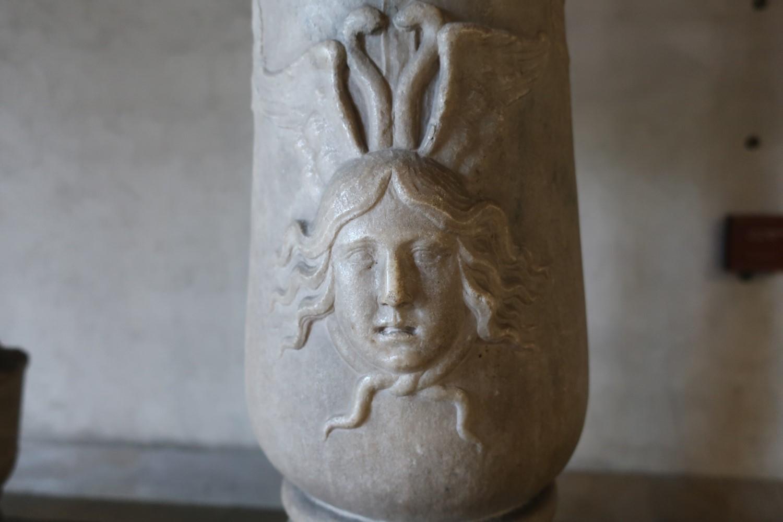 メドゥーサ像