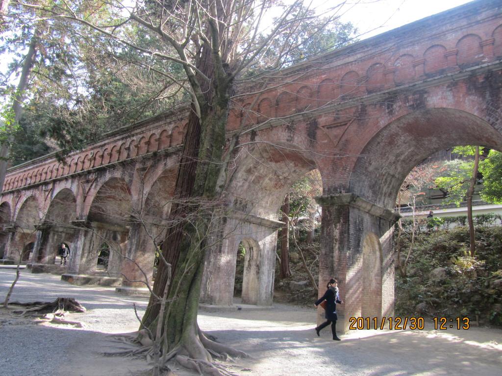 2.水路閣   琵琶湖から京都に水を運ぶ疎水事業の一環として、南禅寺境内に設けられた水路橋です。古代ローマの水道橋を手本とした、全長93mのアーチ構造の優れたデザインです。   京都を代表する景観で、しばしば映画やテレビの撮影が行われています。
