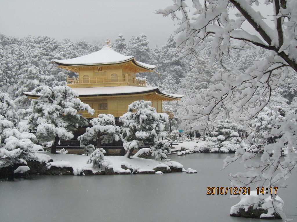 12.地元の人でも滅多にお目にかかれない雪の金閣寺