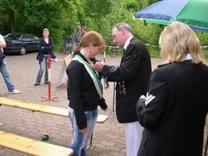Wie immer obliegt es dem Vorsitzenden Gerd Tschernay den Kinderhofstaat mit den Insignien auszustatten und natürlich gibt es für jeden ein angemessenes Präsent