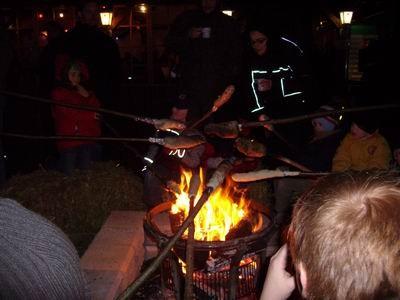 Hier erwartete die Kinder und Eltern schon ein Lagerfeuer um sich das Stockbrot zu backen und es dann mit leckeren Würstchen zu füllen.