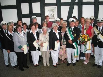 Wieder einmal gab es etliche Vereinsmitglieder für langjährige Mitgliedschaft oder außergewöhnliche Leistungen durch den Kreis, den Vereinsvorstand oder auch dem König zu ehren.