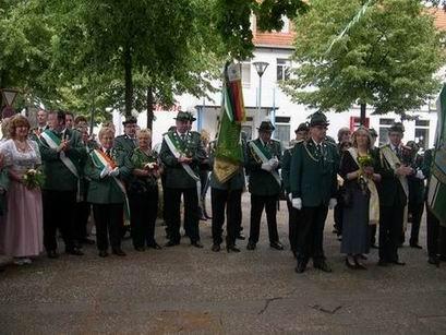 """Am Schützenhaus angekommen, wurden die Königspaare zum Sektempfang gebeten, während es sich das """"Volk"""" im Biergarten gut gehen lässt."""